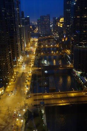 Wyndham Grand Chicago Riverfront: vista del fiume di sera