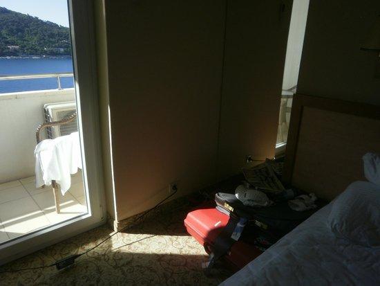 Neptun Hotel: Zimmerecke fehlende nachtkommode, unbequemer steckdose