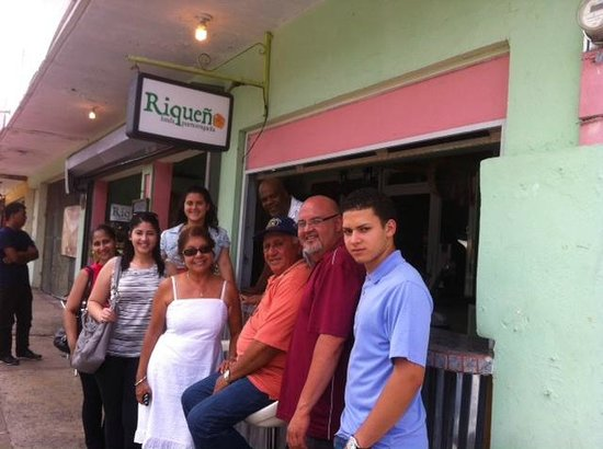 Riqueno Fonda Puertoriquena : En familia con el dueño.