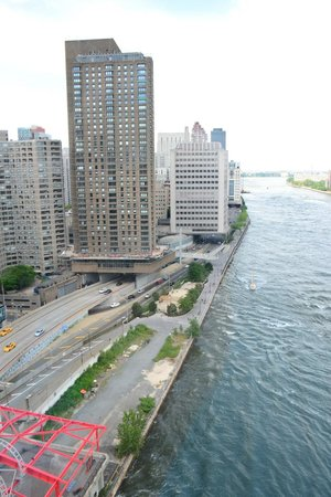 Roosevelt Island Aerial Tram: Heading into Manhattan
