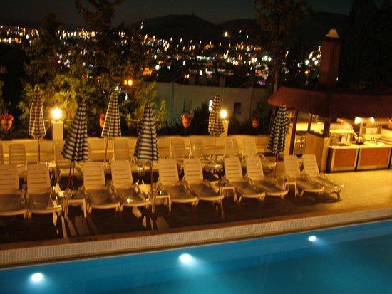 Hotel Comca Manzara: Piscine le soir