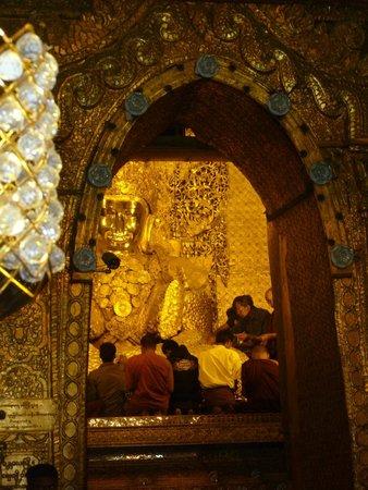 Mahamuni Pagoda: Der berühmte Mahamuni-Buddha! Nur Männer dürfen die Statue mit den Goldplättchen bekleben!