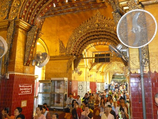 Mahamuni Pagoda: Scharen von Gläubigen strömen zu dem Buddha!
