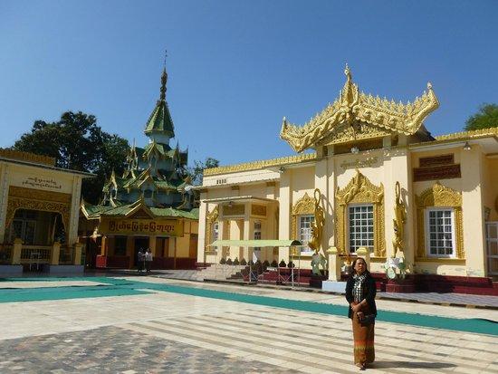 Mahamuni Pagoda: Beim Rundgang durch die Anlage mit unserer einheimischen Führerin AyeAye!