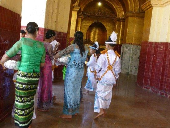 Mahamuni Pagoda: Die wichtigste Zeremonie im Leben eines jungen Buddhisten - die Novizenweihe!