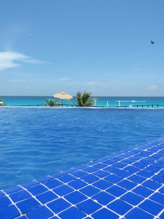 Grand Oasis Sens: Pool area overlooking beach