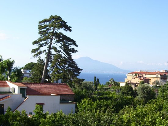 Grand Hotel De La Ville Sorrento: View of Vesuvius from balcony