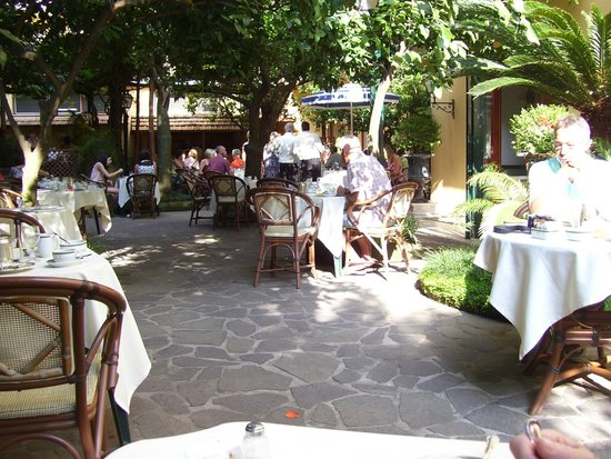 Grand Hotel De La Ville Sorrento: Breakfast garden restaurant