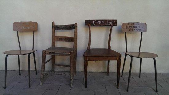 Il Chiostro di Bevagna: le sedie nell'androne