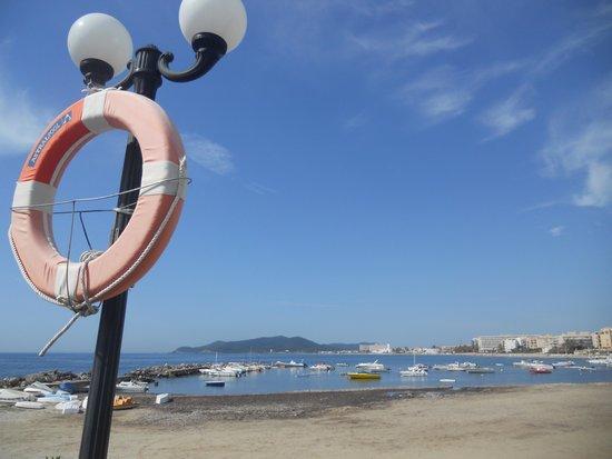 Hotel Torre del Mar : песчаный пляжик справа от отеля