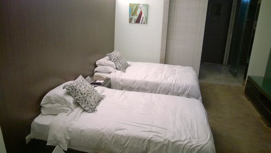 Zobon Art Hotel : Beds in standard twin room