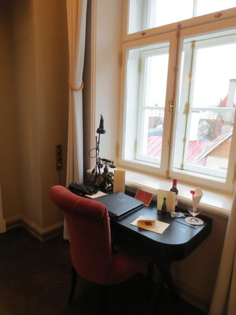 Hotel Telegraaf: Writing desk in Superior room