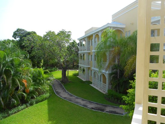 Royal Hideaway Playacar: lush beautiful grounds with lots of shade and sitting areas