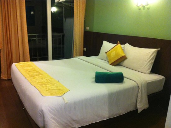 RCB Patong Hotel: the big bed