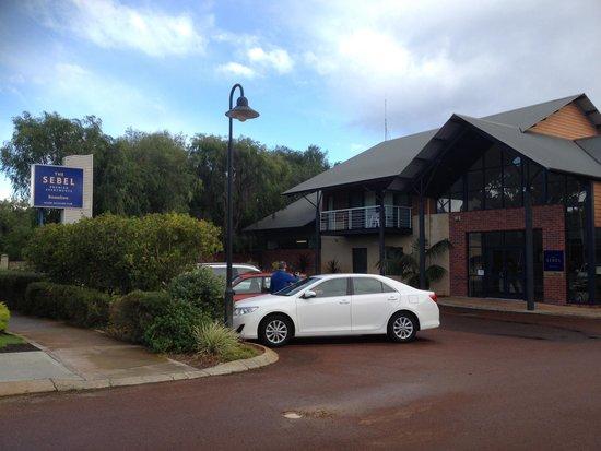 The Sebel Busselton: Spacious car park along the main road