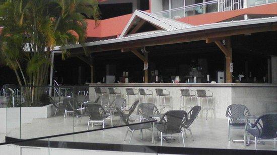Hôtel Fleur d'Epée : bar à proximité de la piscine et de la mer