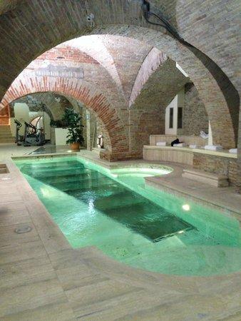 Discover Perugia on board a Maserati GranCabrio hotel