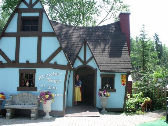 Au Pays Des Merveilles: Snow White's house
