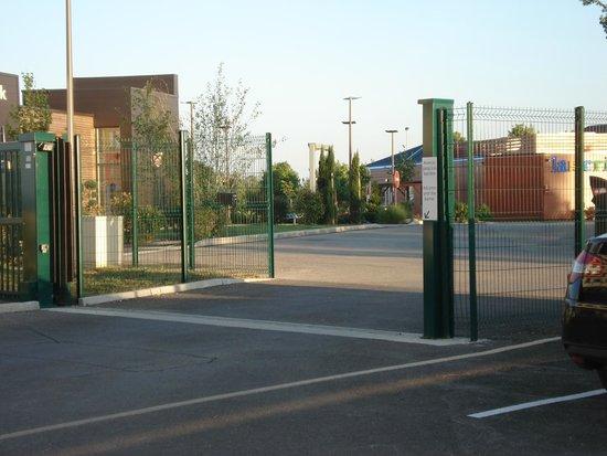 Holiday Inn Express Dijon : Secure parking gate
