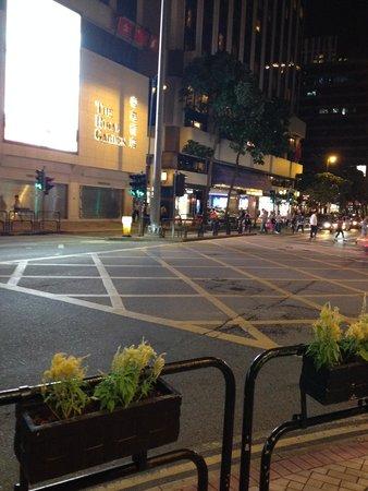 Regal Kowloon Hotel: ホテル周辺はにぎやかです