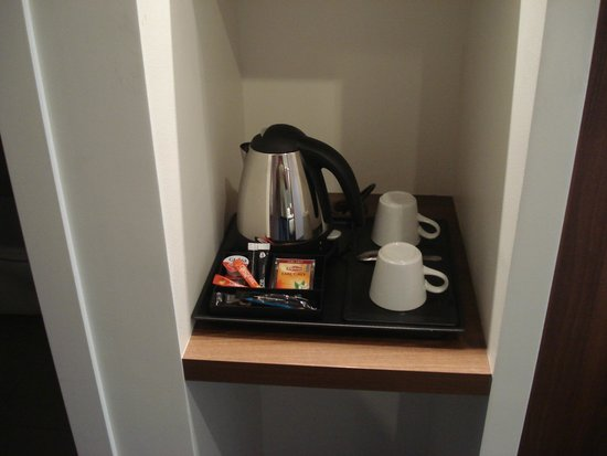 Holiday Inn Express Dijon : Coffee/tea facilities in our bedroom