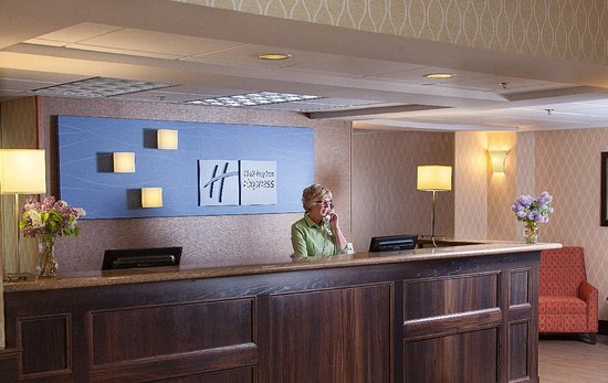 Holiday Inn Express Houghton - Keweenaw: Our friendly staff will greet you with a smile!