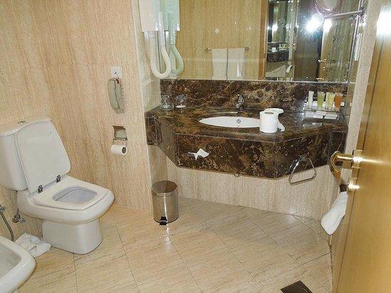 City Seasons Hotel: Bathroom