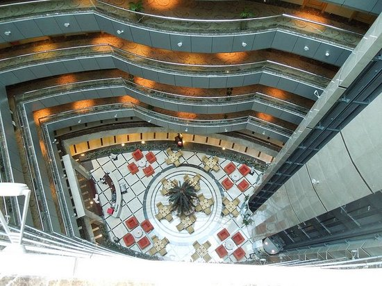 City Seasons Hotel: Looking Down into the Lobby