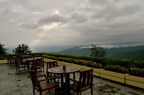 Wildflower Hall, Shimla in the Himalayas: Open terrace dining area