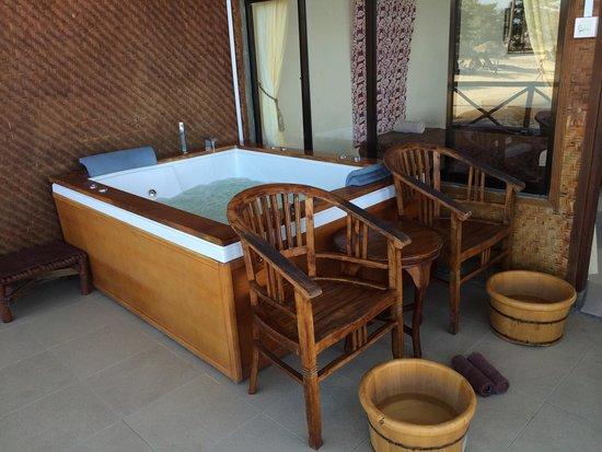 Bintan Spa Villa Beach Resort: Jacuzzi by the sea