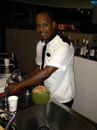 The Reserve at Paradisus Palma Real: Raul preparando un delicioso CoCo para mi esposa!! Formidable