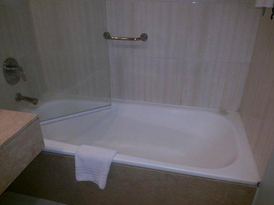 Hotel NH Buenos Aires Latino: Banheiro ... limpo!!