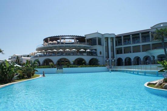 Atrium Prestige Thalasso Spa Resort & Villas : Piscine, ascenseur et restaurant