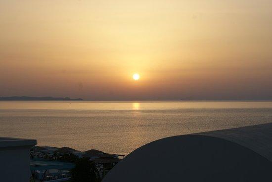 Atrium Prestige Thalasso Spa Resort & Villas : Le soleil se lève depuis notre chambre
