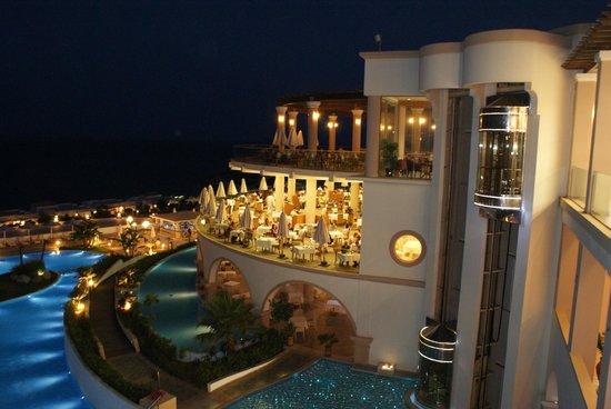 Atrium Prestige Thalasso Spa Resort and Villas: Vision nocturne de la piscine et du restaurant