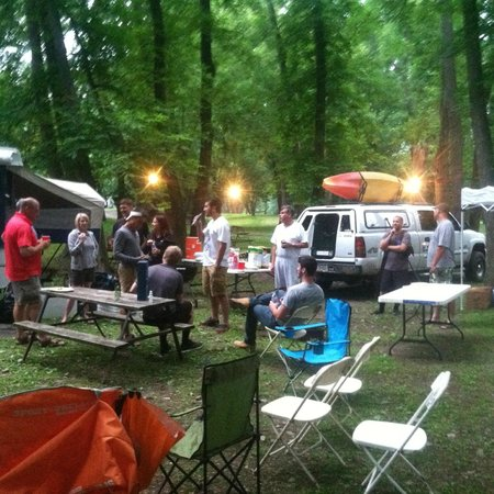 Indian Head Campground: Saturday evening.  Food, horseshoes, boats, shade, fun!