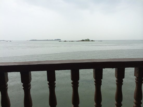 Bintan Spa Villa Beach Resort: High tide