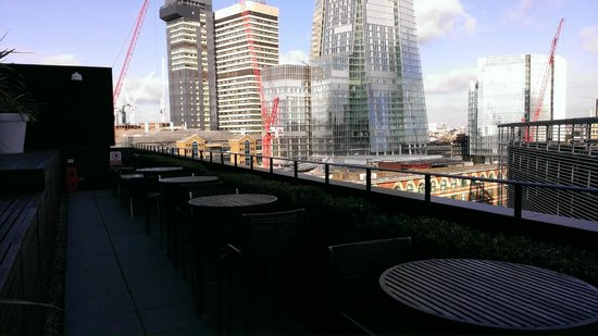 Hilton London Tower Bridge: Executive lounge city terrace.