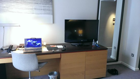 Hilton London Tower Bridge: Executive room desk area.