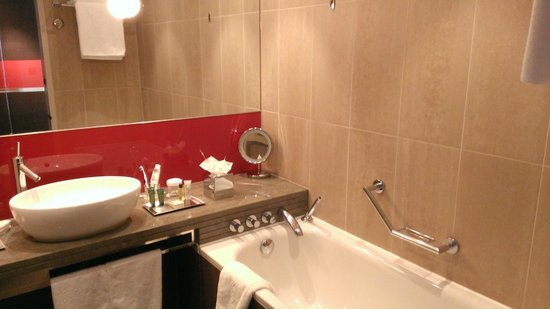 Hilton London Tower Bridge: Executive room bath and sink.