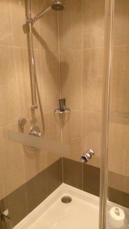 Hilton London Tower Bridge : Executive room shower.