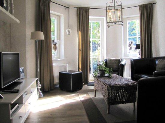 Landhaus Am Schultalbach: Wohnzimmer einer Suite