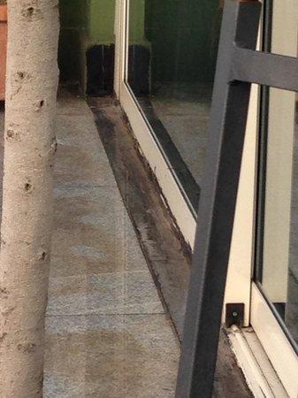 Grand Hotel Parker's: Rust on sliding doors at restaurant terrace