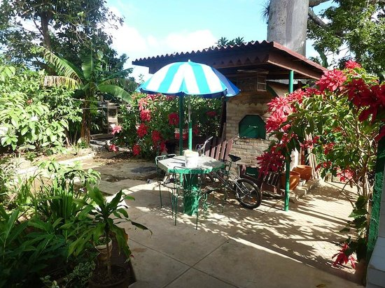 Casa Oscar: Lots of flowers and a BBQ