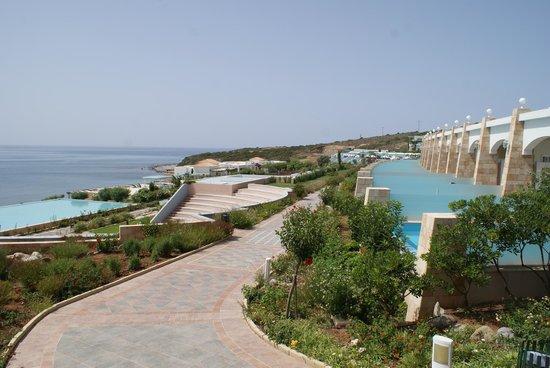 Atrium Prestige Thalasso Spa Resort and Villas: A droite les piscines privées et le chemin qui passe juste devant...