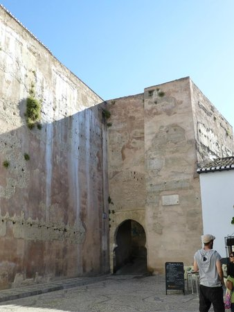 Play Granada : One of the old gates