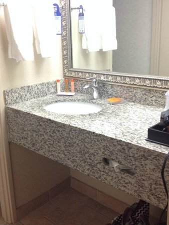 Best Western Plus Inn At The Vines: Bathroom vanity