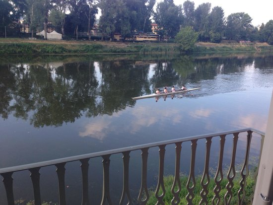 Ville sull'Arno Hotel : The rowers on the Arno River outside our room.