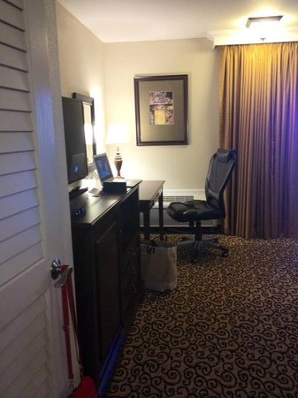 Best Western Plus Inn At The Vines: desk area