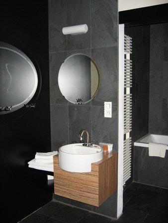 Hotel Noir: Lavabo y entrada baño